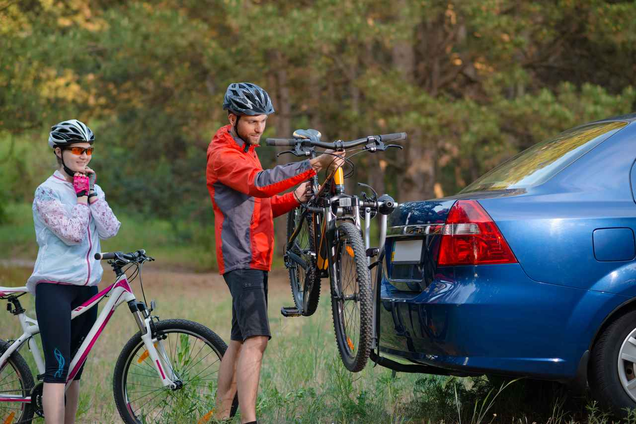 画像: トウバーに取り付けたサイクリングキャリア例 引用元:123rf