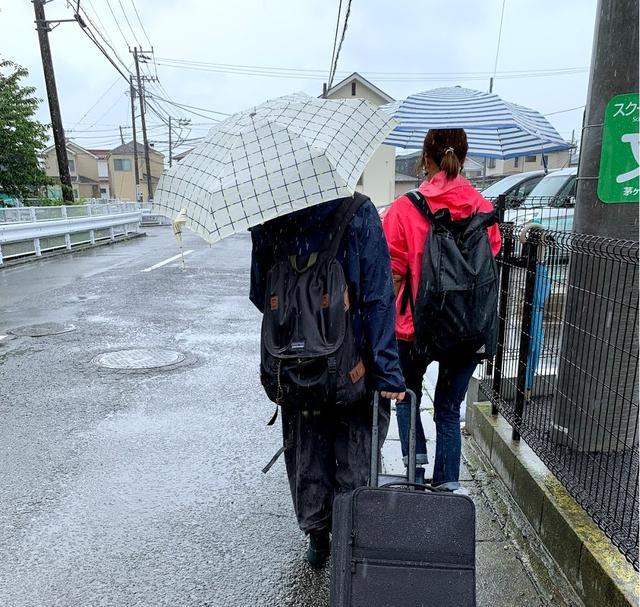 画像: いく子ちゃん撮影。この日は梅雨が全然明けずに雨。食材がキャリーケースの上で何度もずり落ちていたので、2人が交代で持ってくれました。