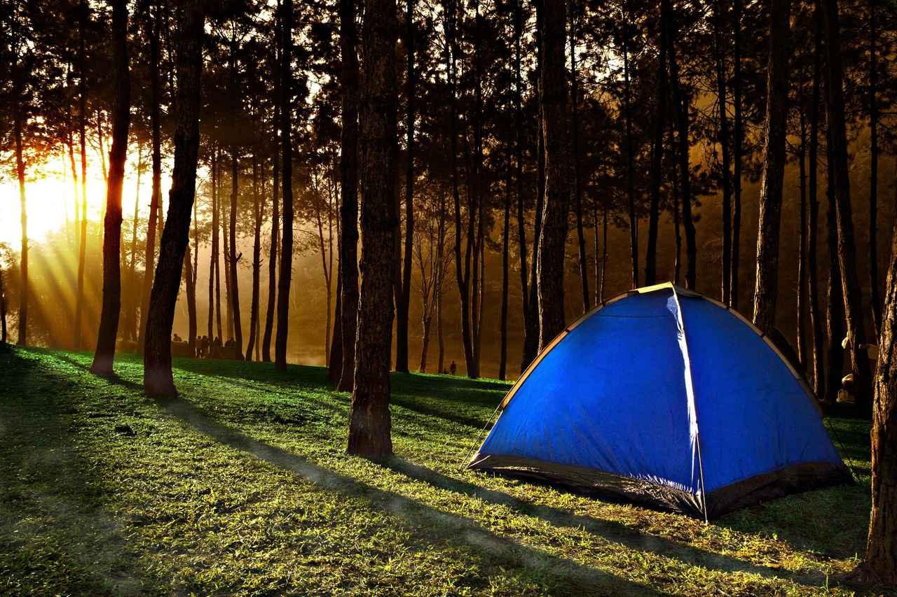 画像: テント(寝室)の設営はできれば夕方に行おう