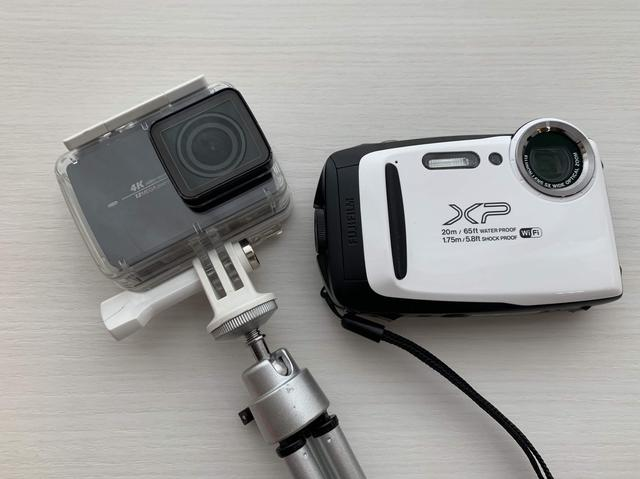画像: 左:YI 4K アクションカメラ 右:FUJIFILM 『FinePix XP130』20m防水、防塵、耐衝撃、耐寒-10℃までなどアウトドアにピッタリのカメラ(画像:筆者撮影)