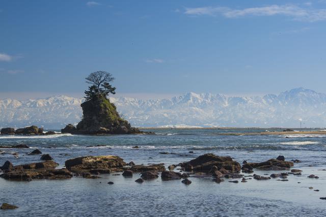 画像: 雨晴海岸は日本屈指の絶景スポット! 海岸まで徒歩1分&富山湾越しに北アルプスを眺められる