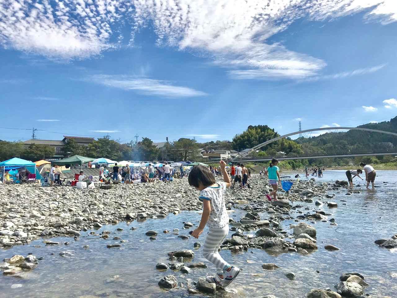 画像: 水辺で遊ぶ子供たちのイメージ写真
