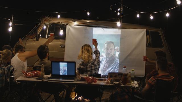 画像: プロジェクターを使えばキャンプの夜がもっと楽しく、もっと特別になる!