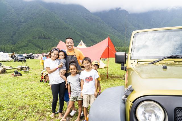画像: 梅本さんご夫妻と3人のお子さん、一緒に来ていた隣のご家族の男の子2人 Photographer吉田 達史