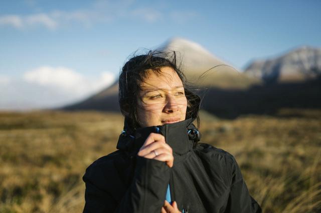 画像: 登山やキャンプにおすすめ! マウンテンパーカーなら、肌寒い秋のアウトドアもおしゃれに楽しめる