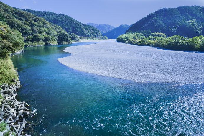 画像: 土佐和紙工芸村のお風呂にも使われる清流の仁淀川