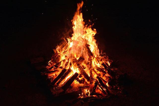 画像: 何時間見ていても飽きない「焚き火」はヒーリング効果バツグン!