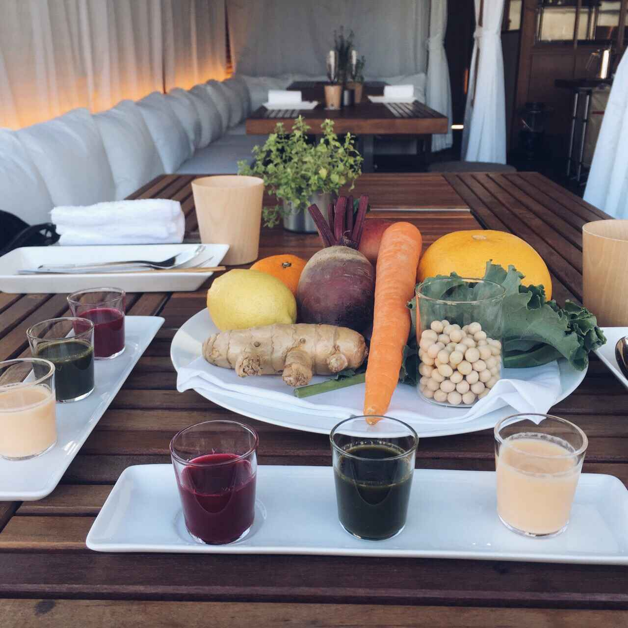 画像: 手前テーブル:スノーピーク「ガーデンユニットテーブル ウッドトップセット」