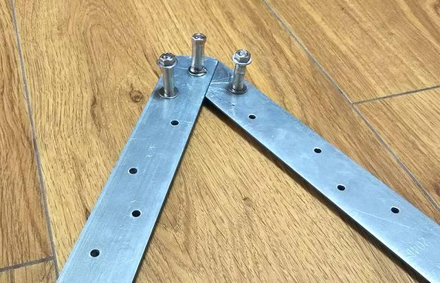 画像: 筆者撮影 棒を曲げるための自作治具「穴のあいた金属板とボルトとナットで作った簡単な治具」