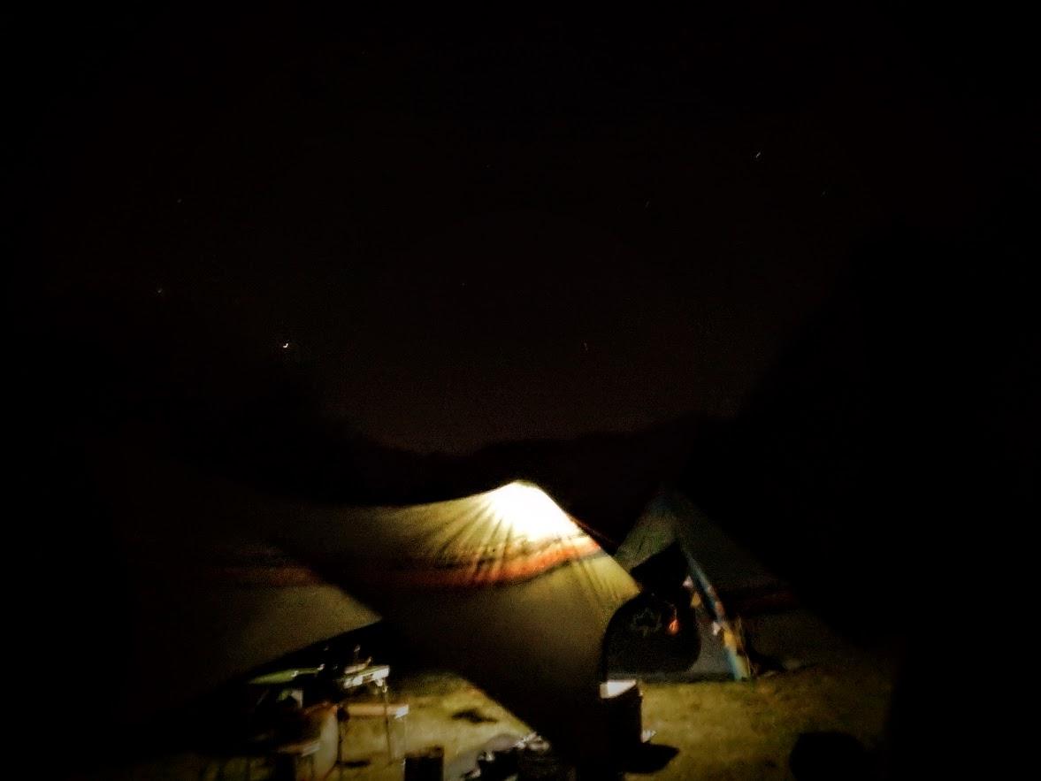 画像: 筆者撮影 「夜のキャンプ場はテントから少し離れると真っ暗!」