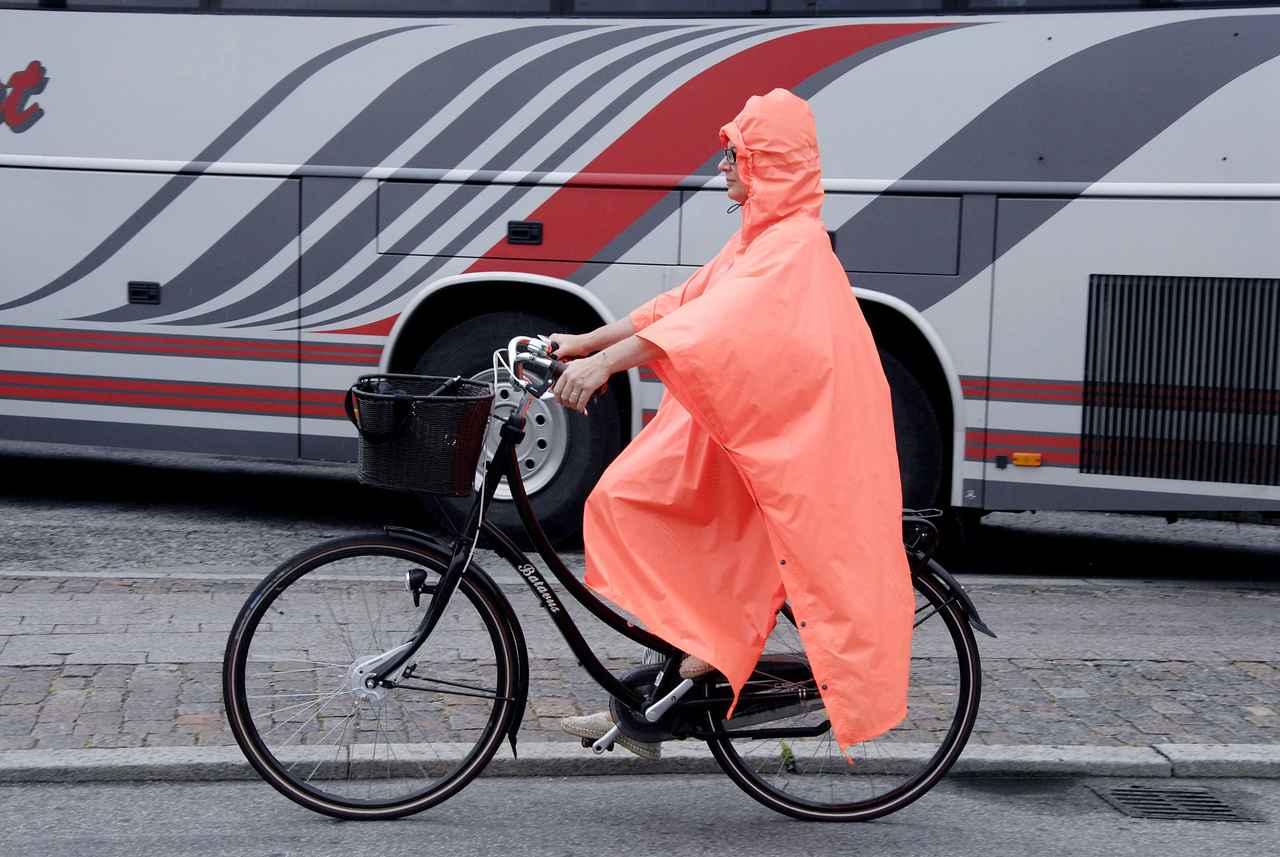 画像: 最近の雨具は素材や機能の進化がスゴい! 雨の日の送り迎えに便利な自転車用レインコートおすすめ3選