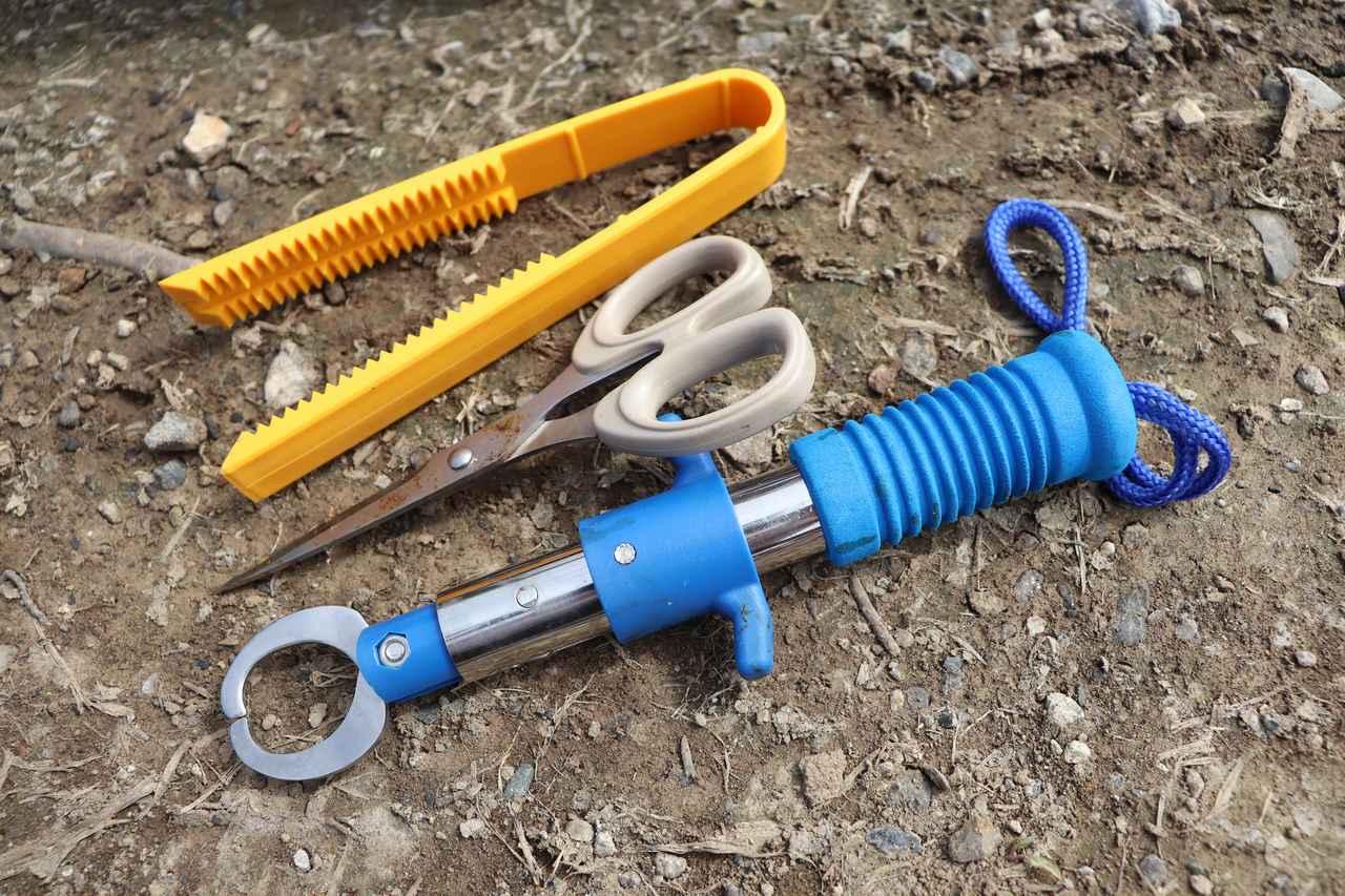 画像: 筆者撮影 上:魚つかみ(ワニグリップ)、真ん中:作業用のハサミ、下:フィッシュグリップ