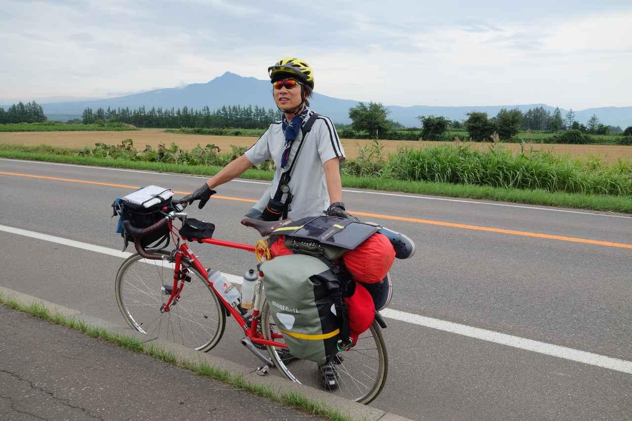 画像: 筆者撮影・北海道サイクリング中のヒトコマ。バックは知床の斜里岳。