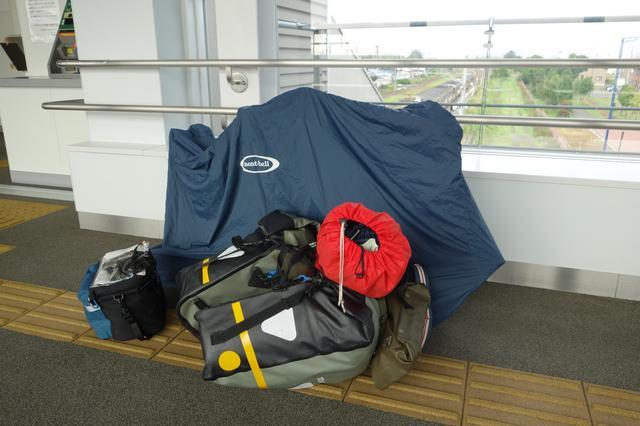 画像: 筆者撮影・自転車とキャンプ道具を含む装備一式を抱えて電車の乗り降りするのがキャンプ輪行の大変なところ