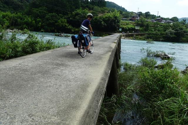 画像: 筆者撮影・四万十川では随所にかかっている「沈下橋」