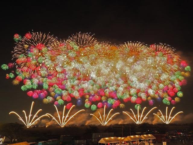 画像: こうのす花火大会の「鳳凰乱舞(おおとりらんぶ)」