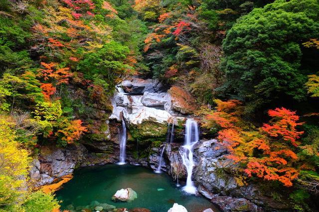 画像: 落差20mを3段に流れ落ちる幾筋もの滝は、周囲の紅葉との調和もすばらしい