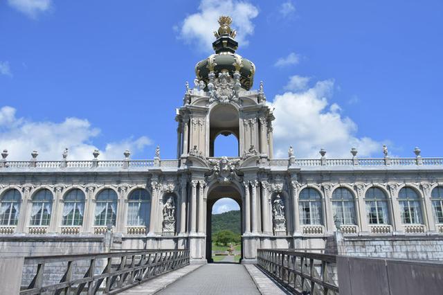 画像: 18世紀初頭のドイツ・バロック建築の華「ツヴィンガー宮殿」を再現した建物が、ひときわ目を引く