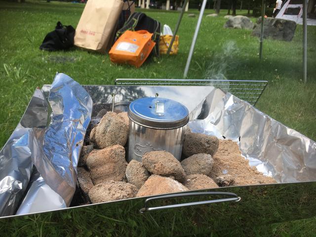 画像: 筆者撮影 ※金属缶の穴から白煙が出ています