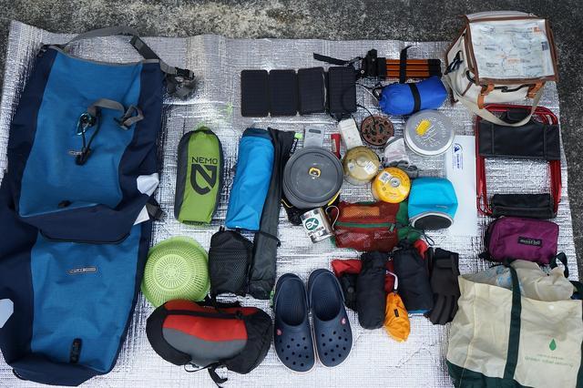 画像: 筆者撮影・これが左右サイドバッグに入ってる全ての装備です。キャンプ道具と着替えでほぼ一杯です。