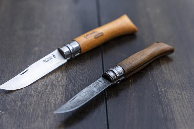 画像: Photographer 吉田 達史 上が購入時の状態。下が大和さん私物のオピネルナイフ。 www.amazon.co.jp