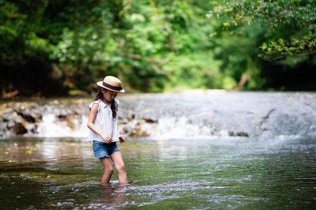 画像: 123rf 川を渡る子供 イメージ写真