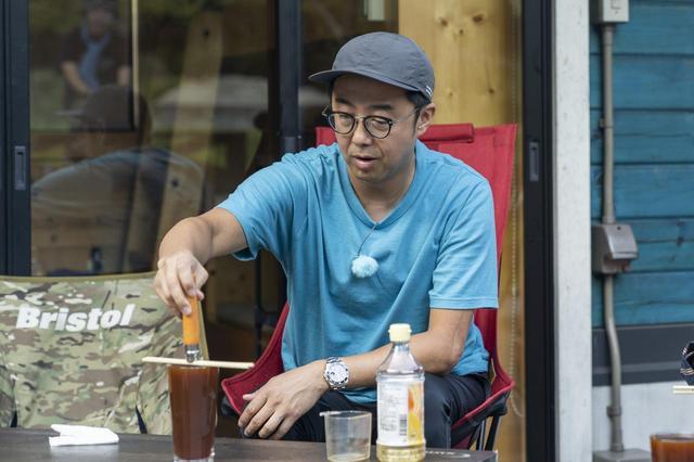 画像: Photographer 吉田 達史 黒サビ加工を教わる矢作さん