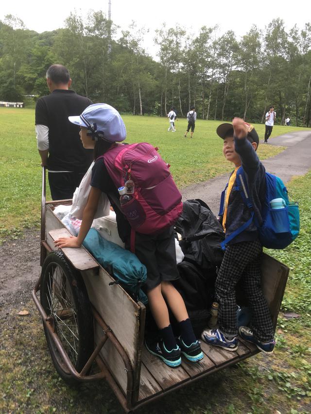 画像: 筆者撮影 駐車場からテントサイトの移動でリヤカーを使用/子供達はキャンプ場に大興奮!