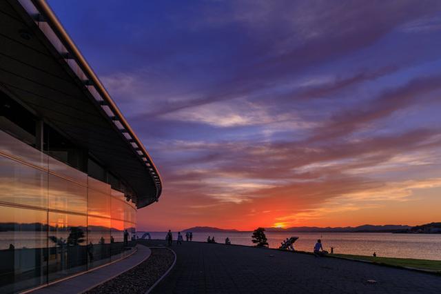 画像: 宍道湖東岸にある島根県立美術館では、宍道湖に沈む夕日を眺めながらの食事も可能