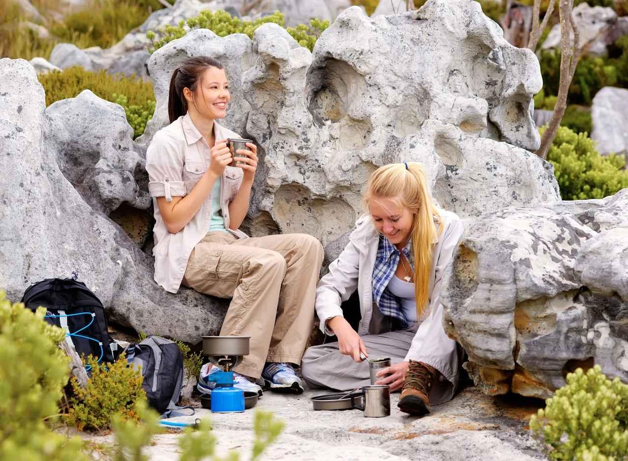 画像: 123rf 缶詰料理する女性(右)イメージ写真