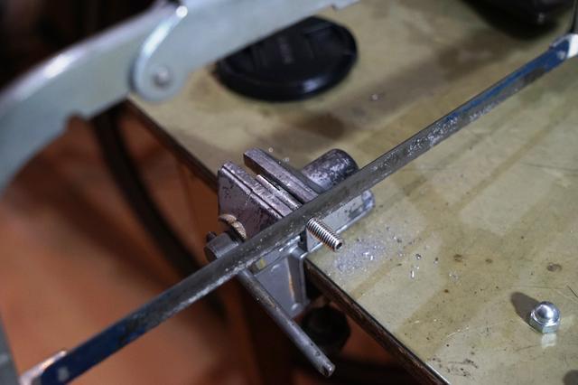 画像: 筆者撮影・細い物ですので金属用ノコギリで簡単に切断可能ですが少々手間ではあります