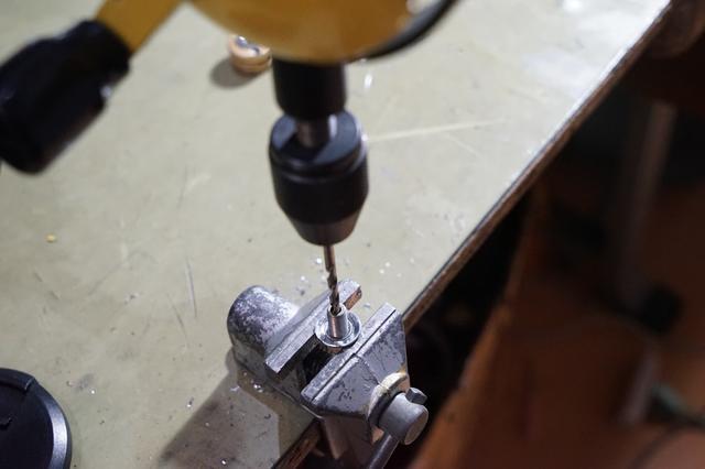 画像: 筆者撮影・アンカーボルトに開いたままの穴ですとちょっと狭いので広げてやります。