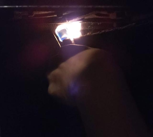 画像: 筆者撮影 煙突に熱を送る作業をしています