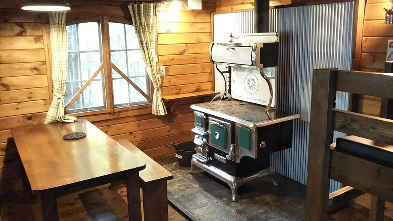 画像: 筆者撮影 キッチンストーブがあるだけで部屋の雰囲気が変わるほど存在感抜群