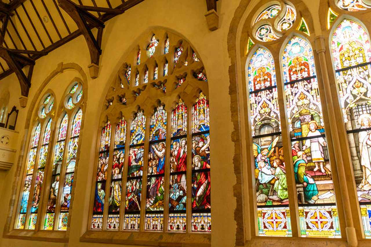 画像: イエス・キリストの生涯が描かれたステンドグラス作品「聖書の風景」