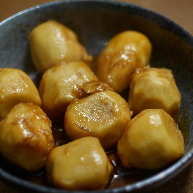 画像: 【ぬめり取りの方法2】キッチンペーパーで里芋を拭く