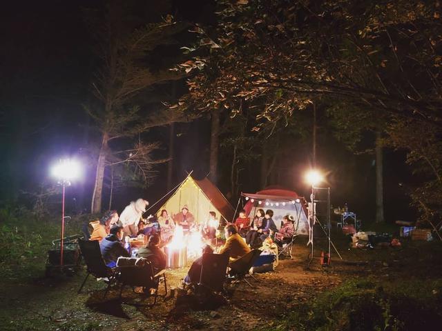 画像: グルキャンはグループキャンプの略! キャンパー同士で交流を深められておすすめ