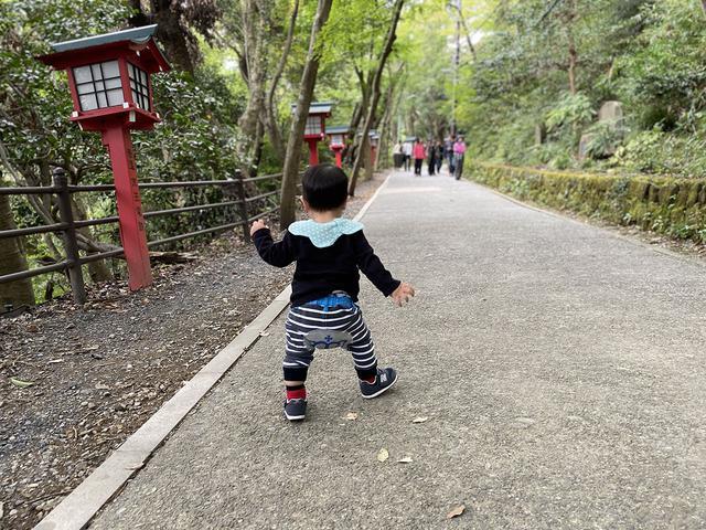 画像: 筆者撮影 きれいに舗装された1号路を自力で歩く1歳の息子
