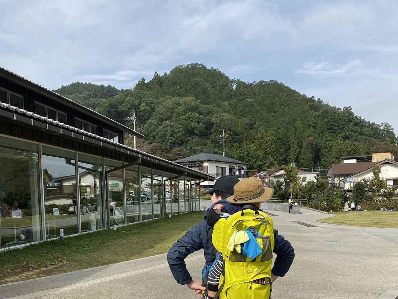 画像: 筆者撮影 TAKAO 599 MUSEUM前にて(筆者と1歳の息子)