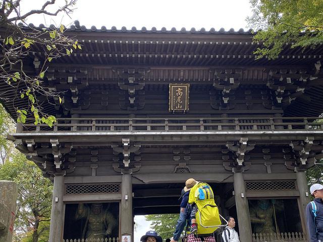 画像: 筆者撮影 高尾山薬王院の山門(四天王門)をくぐり境内へ