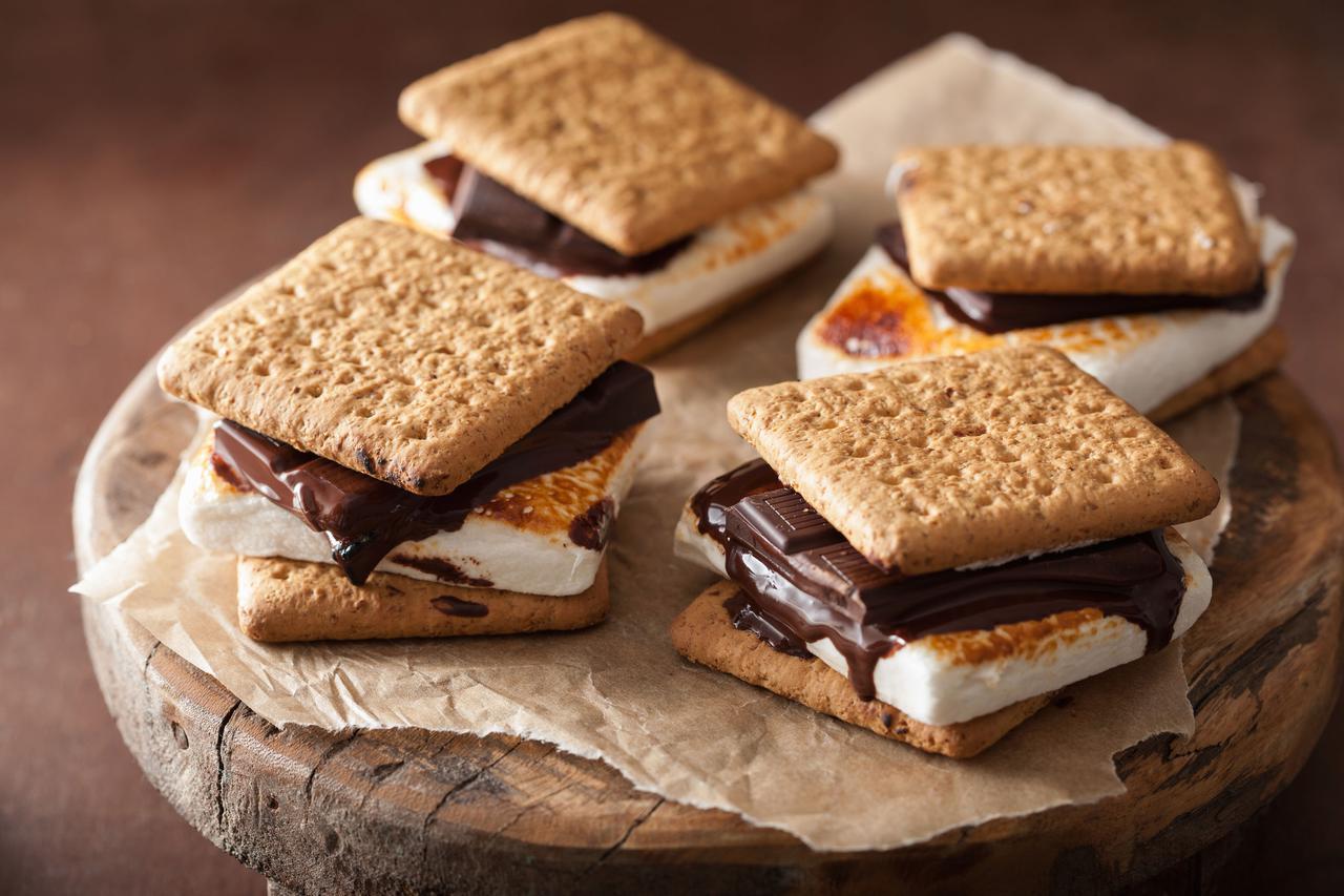 画像: 【スモアの作り方】 マシュマロを炙って溶かしたら、チョコと一緒にクラッカーで挟むだけ! アレンジも多数