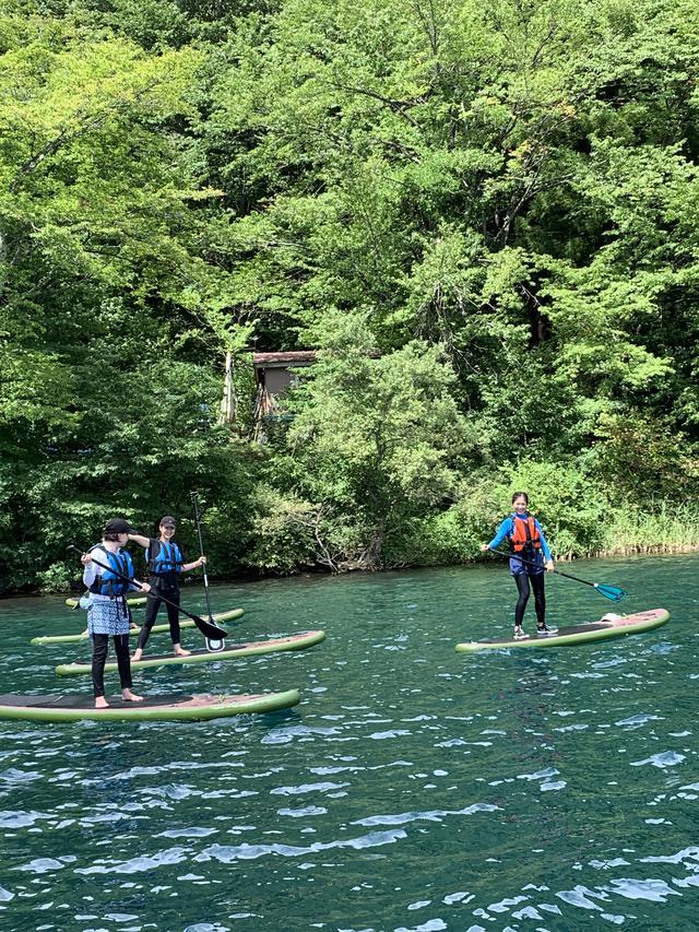 画像2: 【おすすめキャンプ場19】親子でSUP体験も!「ライジング・フィールド白馬」の透明度抜群の湖でキャンプ&アクティビティ