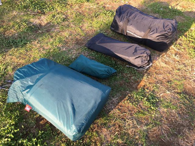 画像: 筆者撮影「黒の袋がテント、緑の袋が専用インナーマットです」