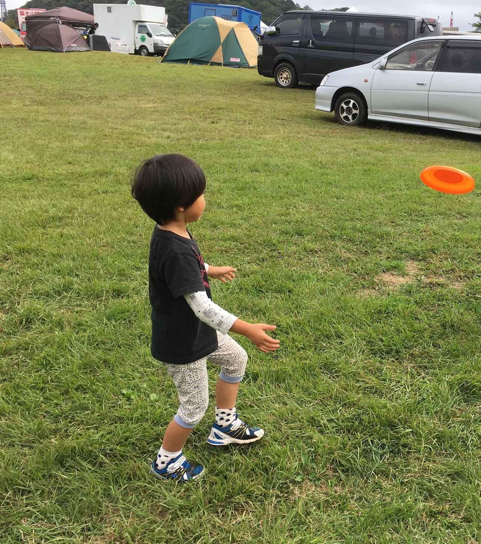 画像: 筆者撮影 フリスビーで走り回る息子