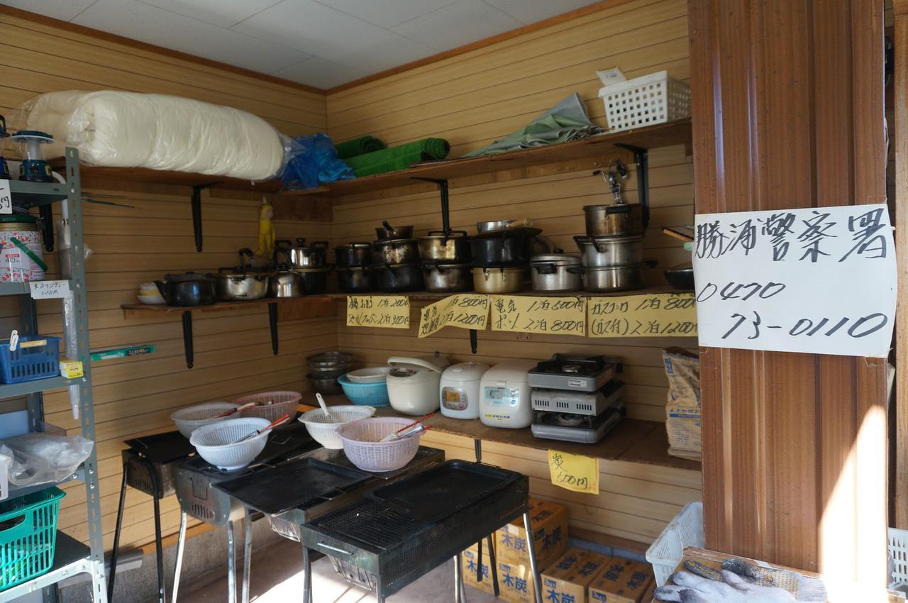 画像: 筆者撮影「売店には調理用品などのレンタルもあります」