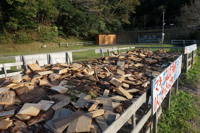 画像: 筆者撮影「薪がサービスで使い放題」