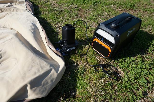 画像: 筆者撮影「コンセント式電動ポンプで約3分で膨らみます。」