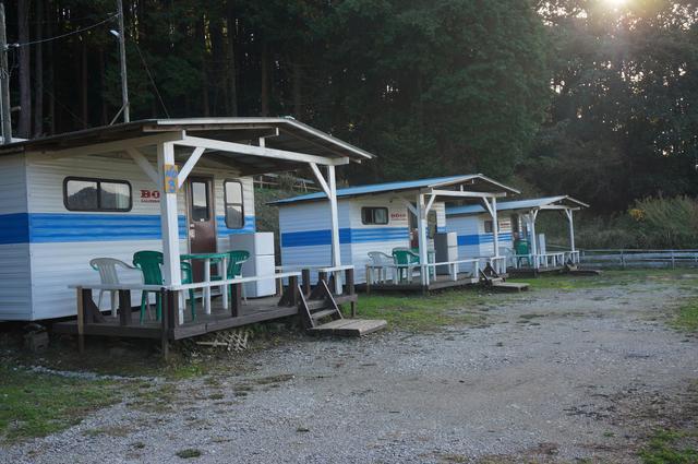 画像: 筆者撮影「3家族でのグループキャンプにも最適なログキャビン」