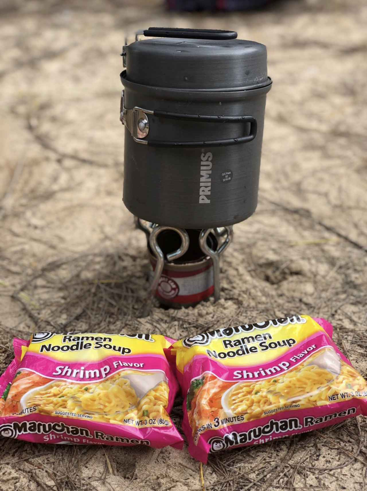 画像: 筆者撮影(オアフ島でOD缶の入手ができず、ペグと固形燃料でなんとかしのぐ!)