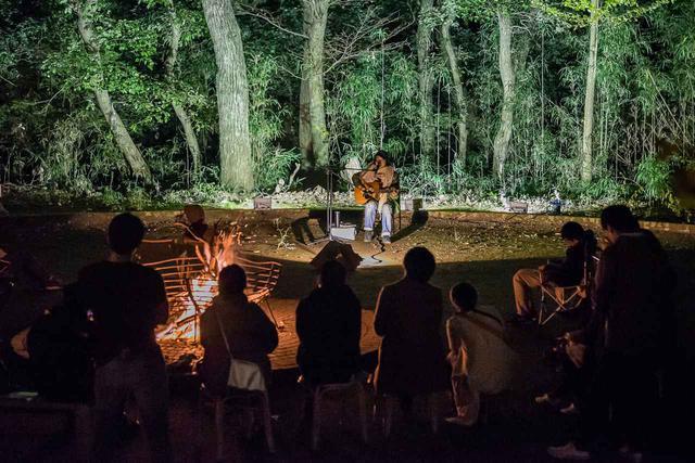 画像: 日販提供:キャンプファイヤーを囲んだ音楽ライブ